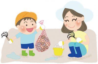 潮干狩りをするお母さんと男の子の無料イラス